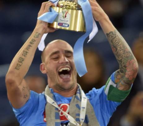 Paolo Cannavaro alza la Coppa Italia 2012