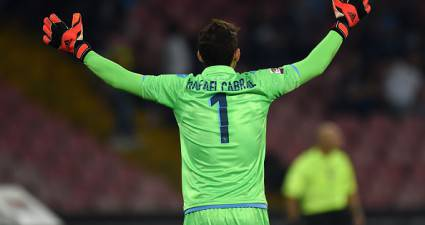 Rafael Cabral in azione col Napoli