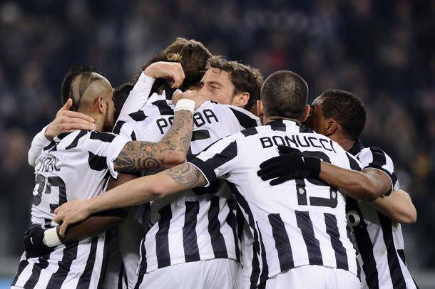 Juventus' Paul Lamine Pogba (C) celebrates with his team mates (L-R) Arturo Vidal, Claudio Marchisio, Leonardo Bonucci and Patrice Evra after scoring against Sassuolo during their Italian Serie A soccer match at Juventus Stadium in Turin, March 9, 2015. REUTERS/Giorgio Perottino (ITALY - Tags: SPORT SOCCER)