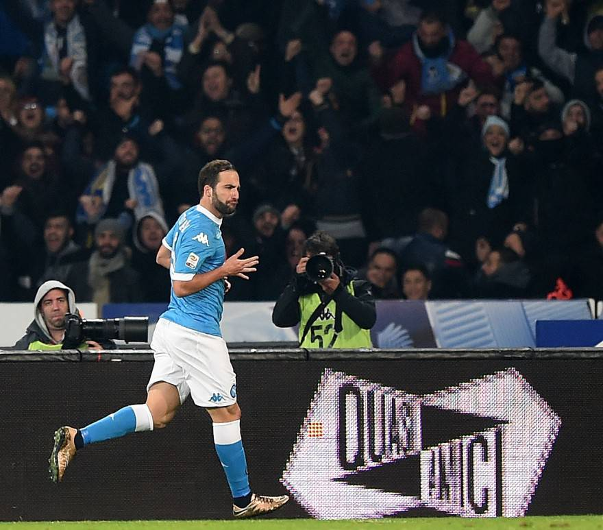 NAPLES, ITALY - NOVEMBER 30: Gonzalo Higuain of Napoli celebrates after scoring goal 2-0 during the Serie A match between SSC Napoli and FC Internazionale Milano at Stadio San Paolo on November 30, 2015 in Naples, Italy. (Photo by Francesco Pecoraro/Getty Images)