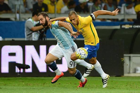 Juventus, tempi duri per Higuain in Argentina: spunta una terribile vignetta