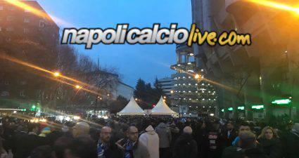 Tifosi Napoli all'esterno del Bernabeu