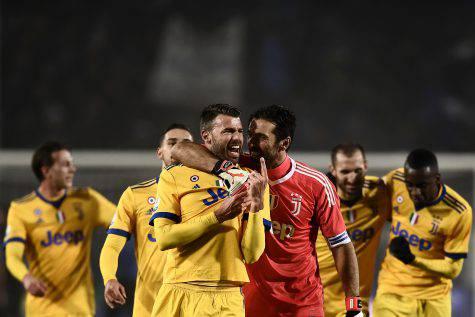 Coppa Italia, Juve prima finalista tra le polemiche: 1-0 nel ritorno all'Atalanta