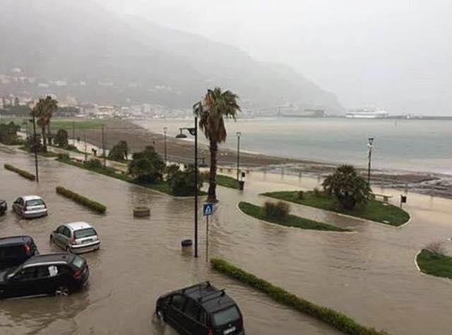 Maltempo Italia: Castellamare sommersa
