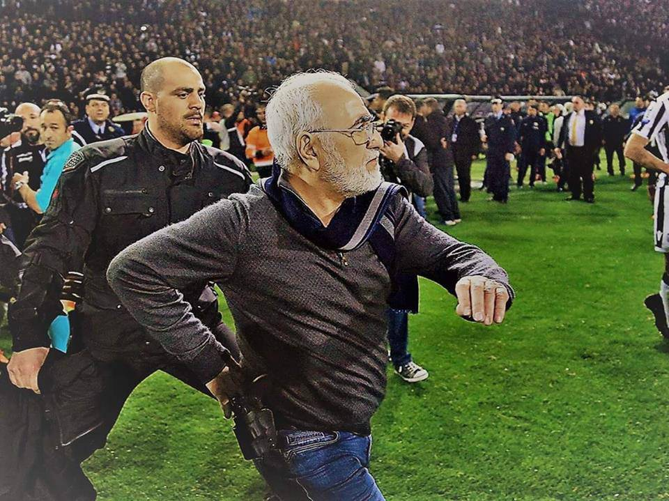 Paok annullano il gol nel derby: presidente in campo con la pistola