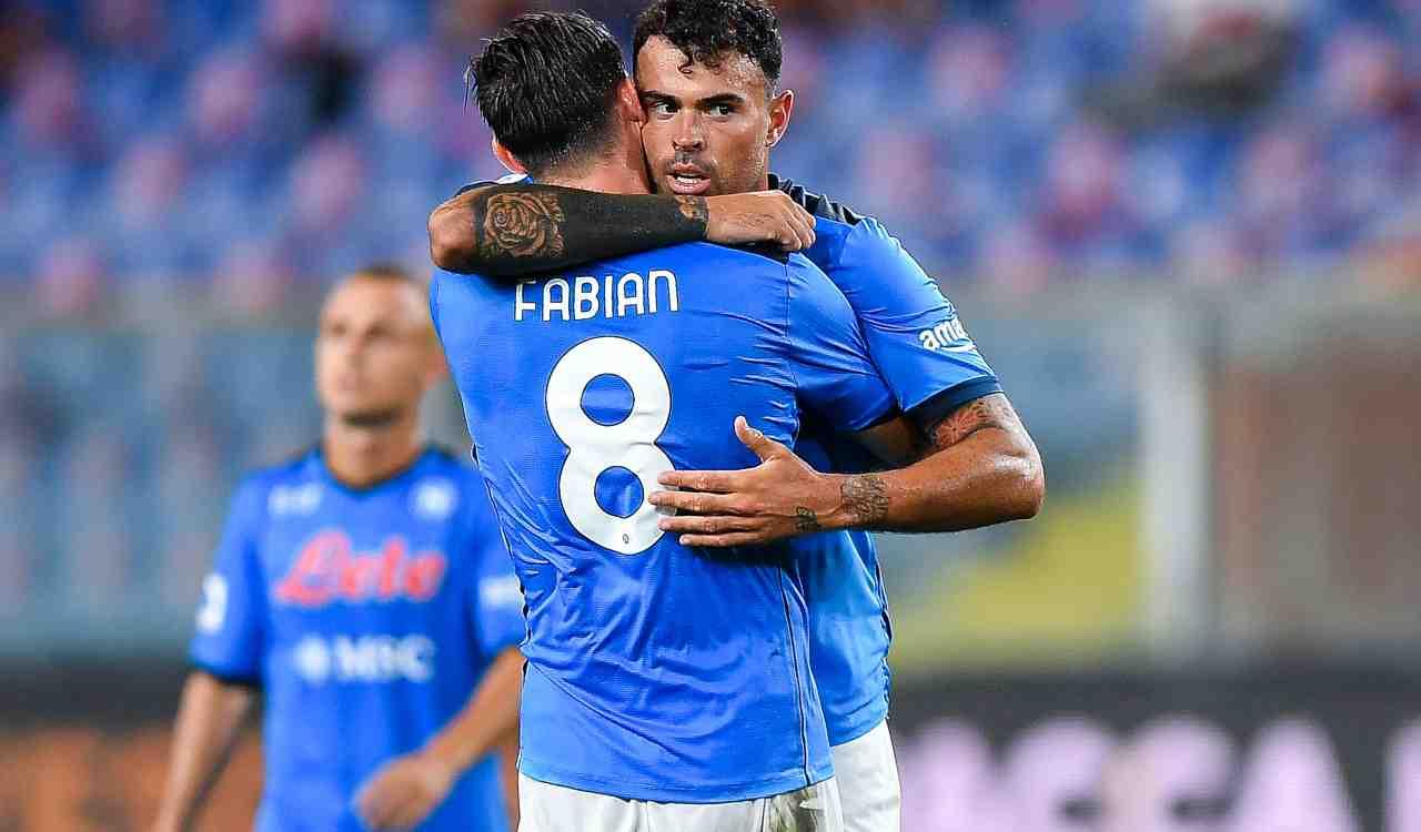 Andrea Petagna abbraccia Fabian Ruiz