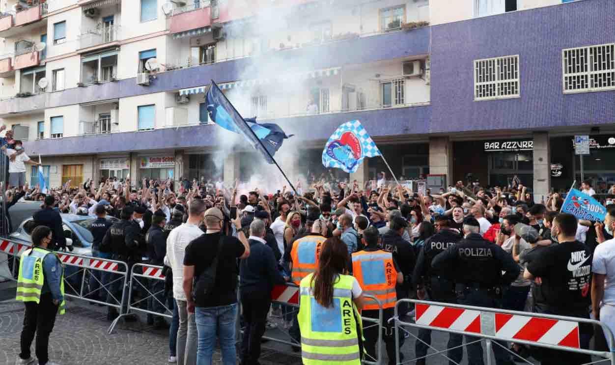 Tifosi del Napoli all'esterno del Maradona per la sfida contro il Verona