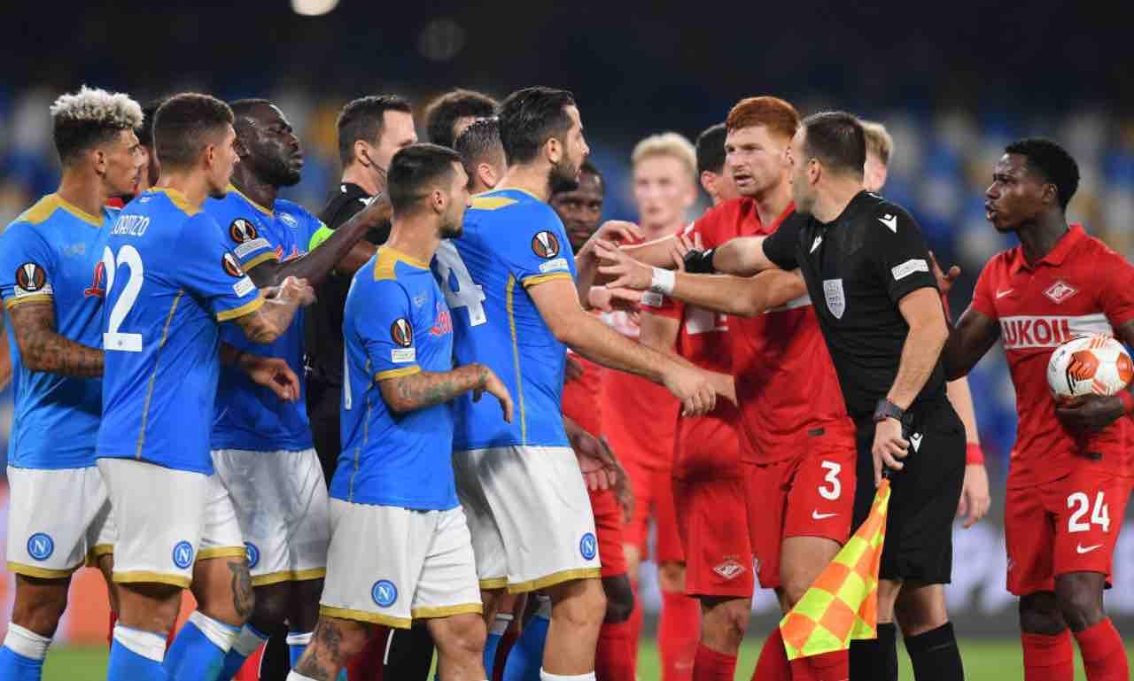 Napoli e Spartak Mosca discutono in campo