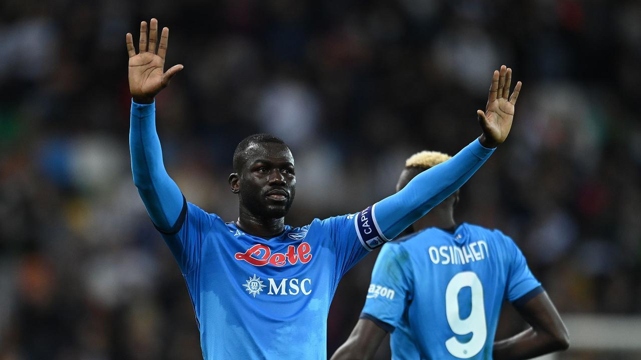 Koulibaly saluta i tifosi