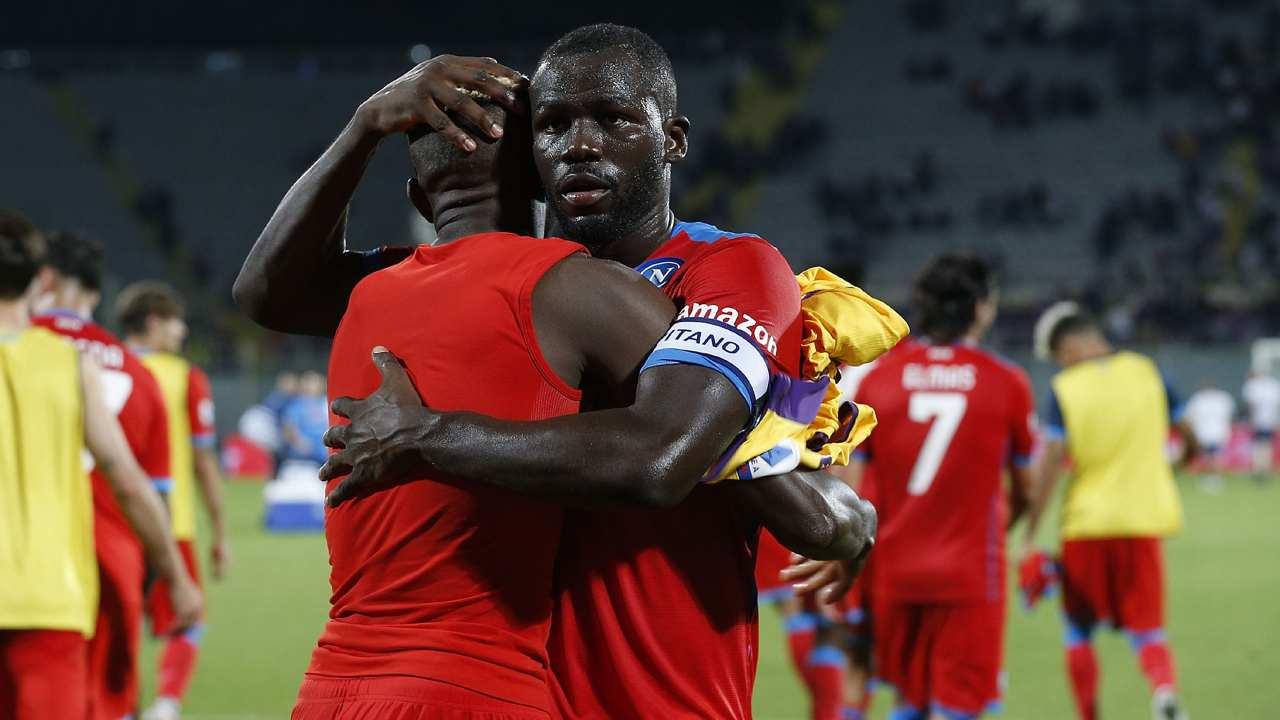 Kalidou Koulibaly abbraccia Victor Osimhen